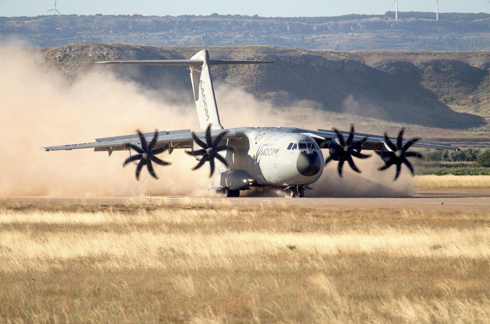 Test des Militärtransporters A400M von Airbus in Spanien:Auch die Triebwerke beim A400M machen dem Verteidigungsministerium Sorgen. Auch dort halten einzelne Teile den extremen Belastungen im Betrieb nicht stand. In einem Triebwerk hatten sich Späne aus Zahnrädern gelöst.