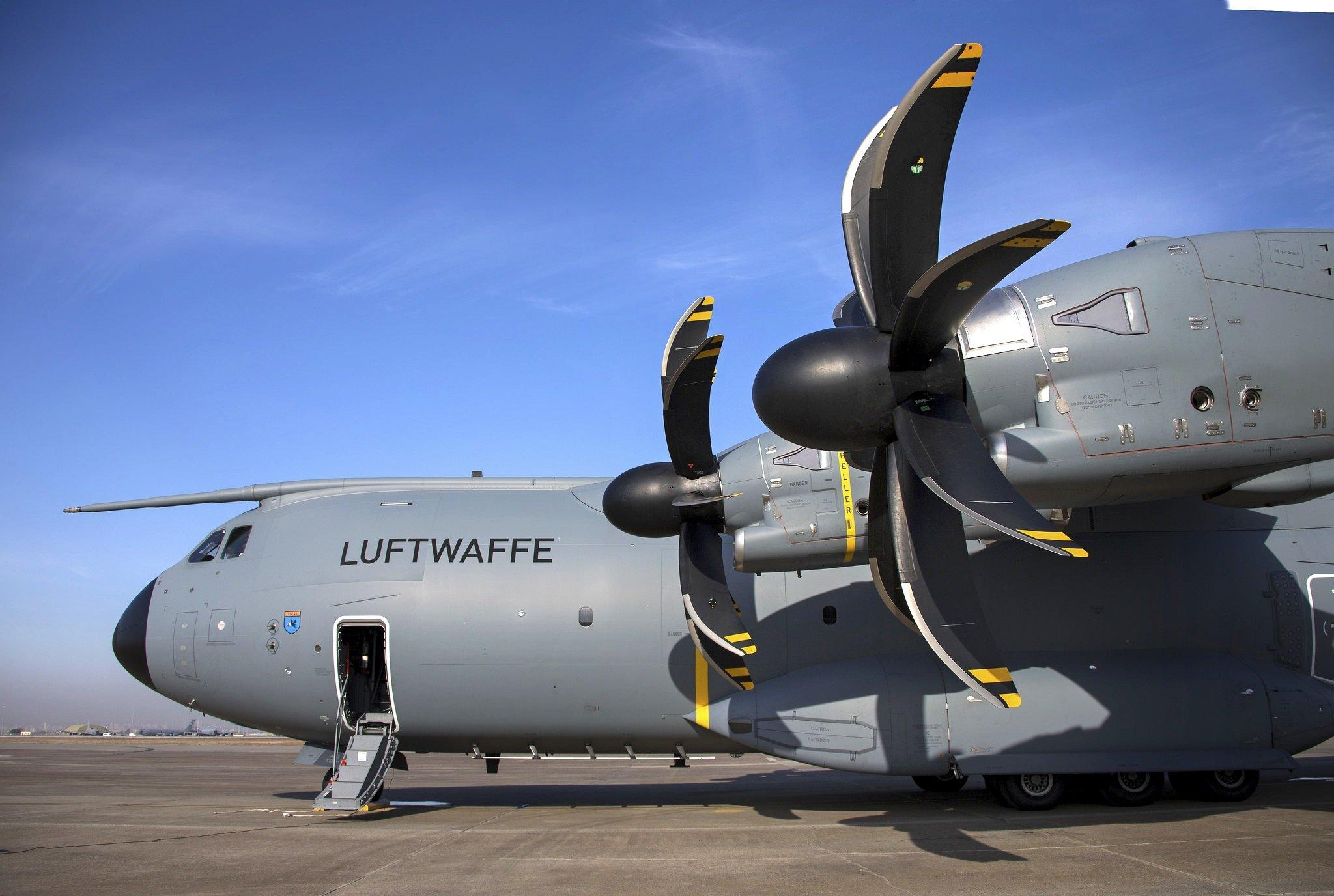 Die jetzt entdeckten Haarrisse sind an der Befestigung der Tragflächen am Rumpf aufgetreten. Der Austausch der betroffenen Bauteile dauert nach Airbus-Angaben sieben Monate pro Maschine.