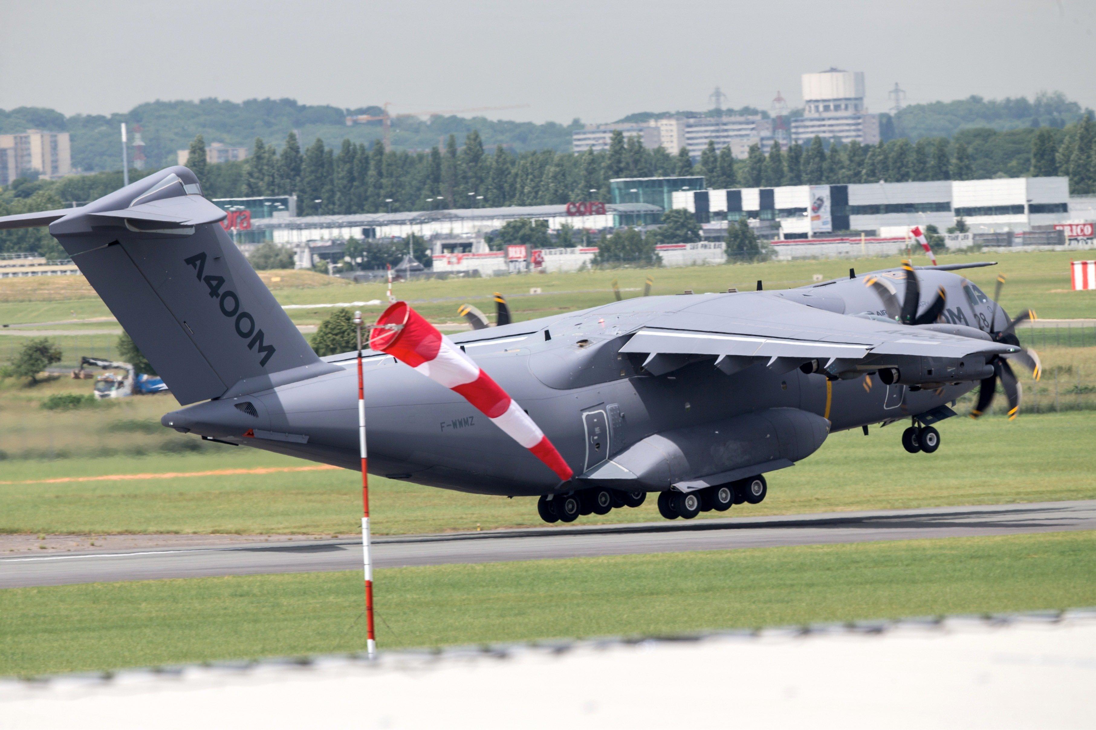 A400M von Airbus auf der Pariser Flugshow: Nach den neuerlichen Pannen wächst die Kritik an Airbus. Als Alternative bietet sich dieC130J von Lockheed an.