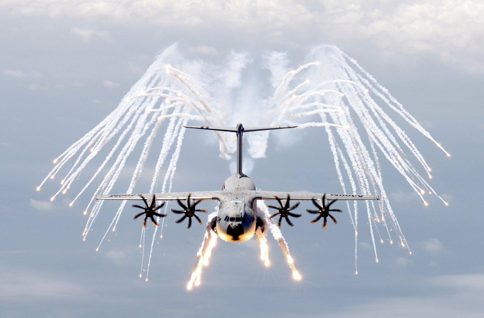 Da kann auch Feuerwerk an Flugtagen nichts ändern: Der A400M ist inzwischen ein Pannenflieger.
