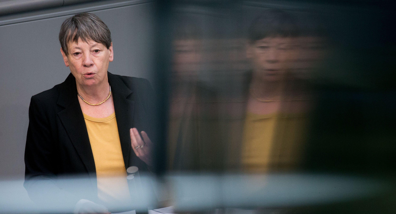 Bundesumweltministerin Barbara Hendricks (SPD) hält am 29. April 2016 in Berlin im Bundestag ihre Rede. Thema der Debatte war
