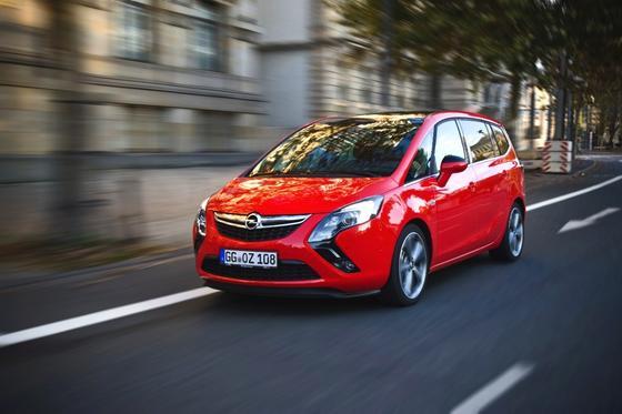 Schlagzeilen um den Opel Zafira: Opel-ChefKarl-Thomas Neumann hat Vorwürfe zurückgewiesen, dass Opel die Abgasreinigung des Fahrzeuges manipuliert. Allerdings erklärt das Unternehmen nicht, warum es die Abgasreinigung bei Temperaturen unter 20 °C abschaltet.