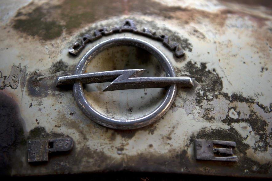 Spiegel, Monitor und die Deutsche Umwelthilfe werfen Opel vor, dass die Abgasreinigung häufig ausgeschaltet wird. Beispielsweise bei Temperaturen unter 20 °C, ab Tempo 145 und Drehzahlen über 2400. Das alles zusammen kommt ziemlich häufig vor. Opel bestreitet die Vorwürfe, wird aber nicht konkret.