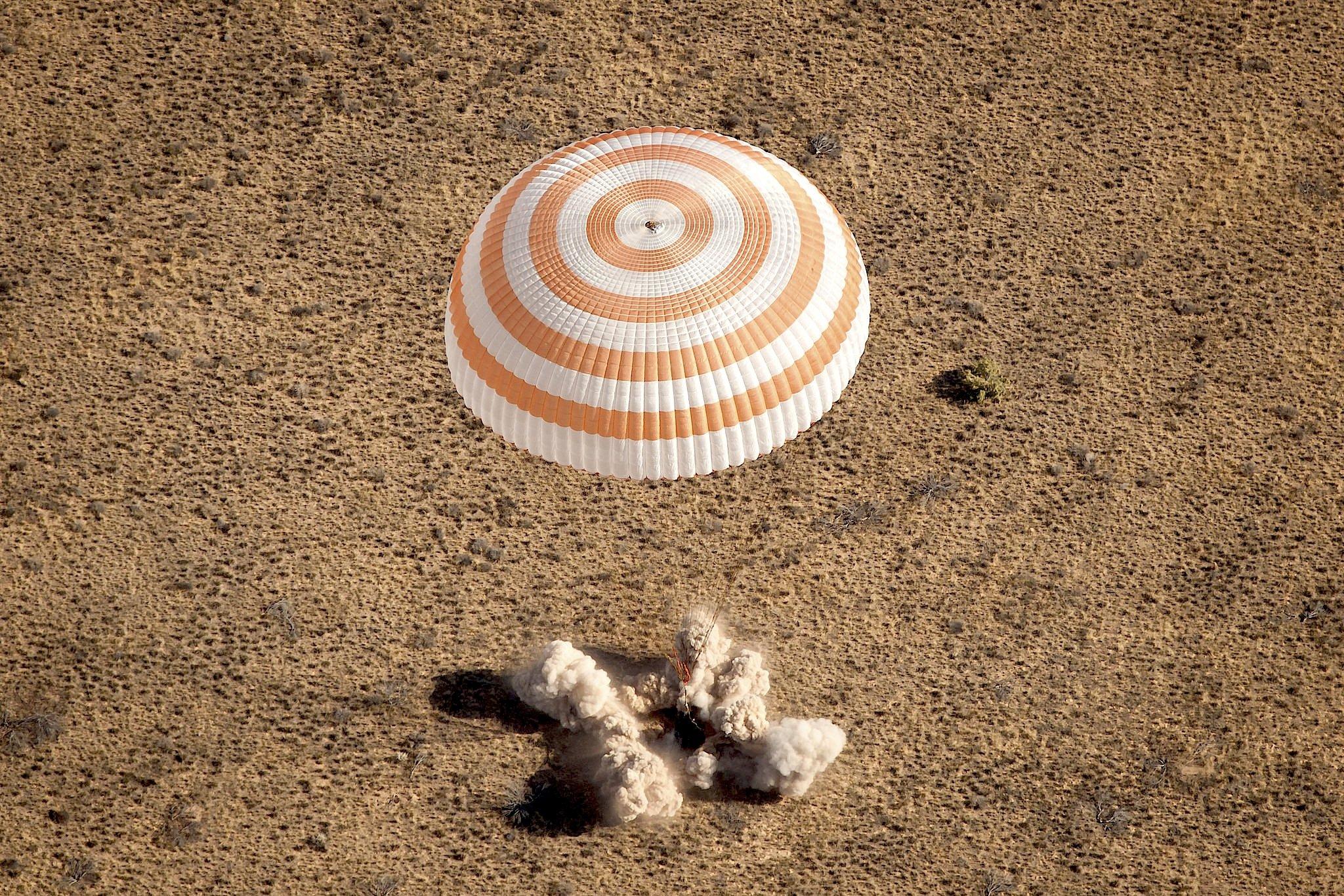 Landung einer Sojus-Kapsel mit Astronauten der ISS am 15. September 2011 in der Steppe von Kasachstan.