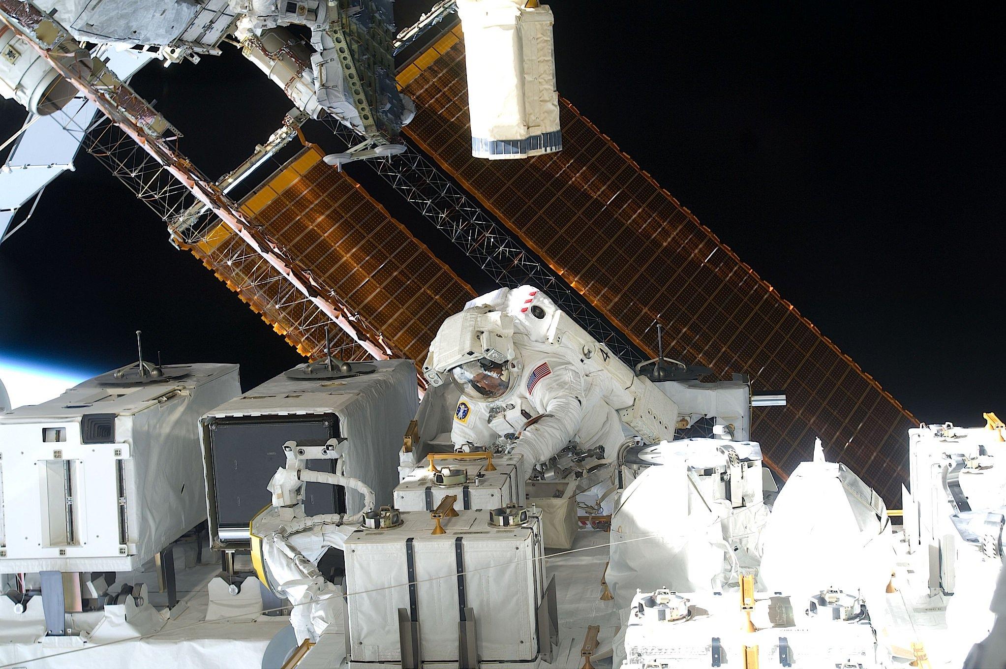 Außeneinsatz vonAstronaut Christopher Cassidy an der ISS am 22. Juli 2009.