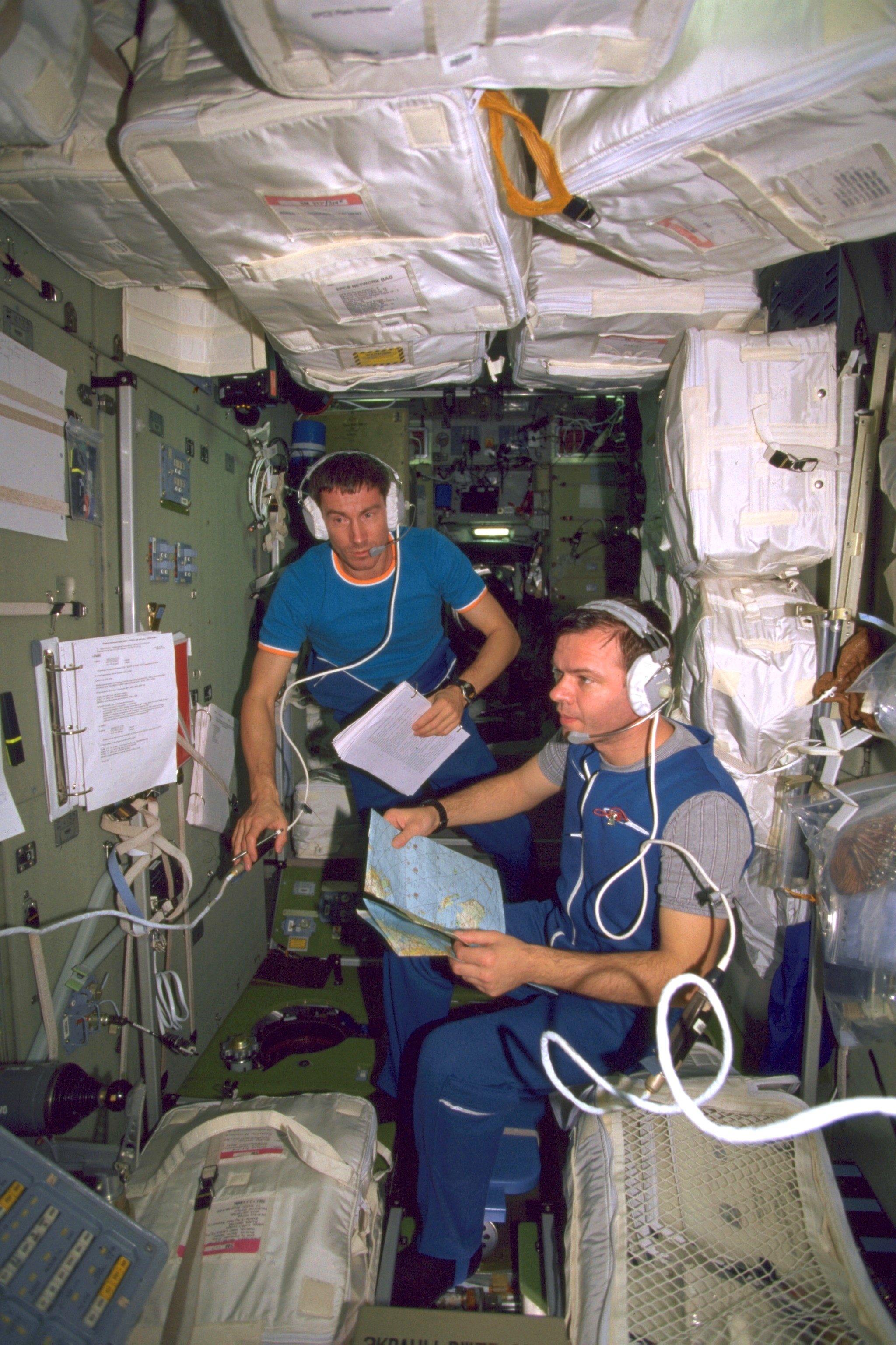 Eines der ersten Bilder aus der ISS: Am 8. November 2000 arbeiten die beiden russischen Kosmonauten Sergei Krikaljow (l.) undJuri Gidsenko im Swesda-Servicemodul.