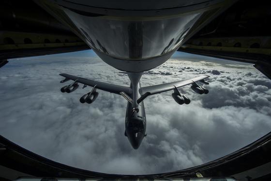 Hier wird eine B-52 in der Luft betankt. Die U.S. Air Force schwört auf die Langstreckenbomber, die bereits seit Jahrzehnten im Einsatz sind und nun für viel Geld für die nächsten Jahrzehnte fit gemacht werden sollen.