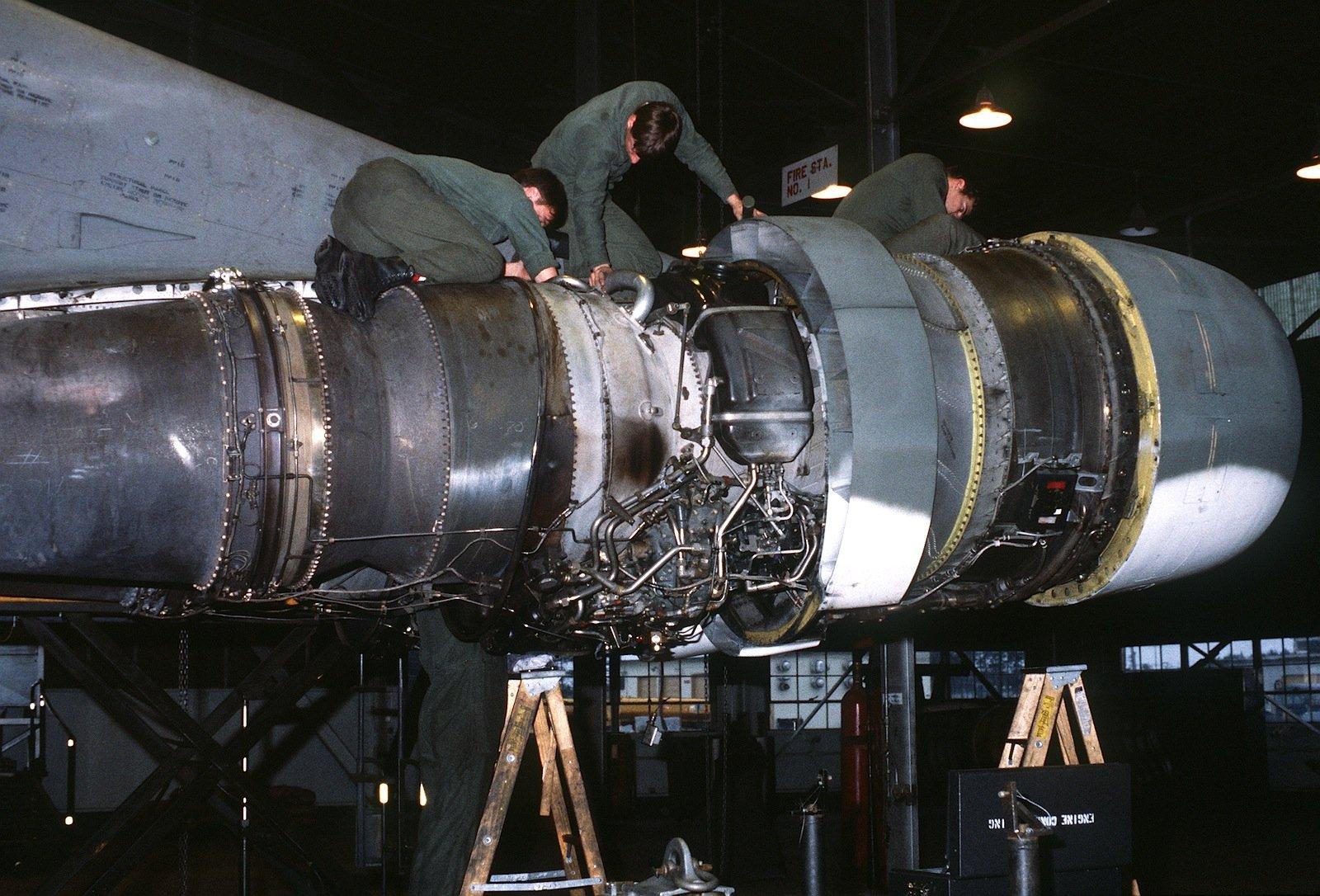 Kontrolle eines TF33-Motors: Die U.S. Air Force plant 650 Stück der neuesten,besonders Energie sparenden Variante bei Pratt & Whitney zu ordern.