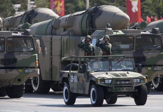 Die neuen Dongfeng-Mittelstreckenraketen hat China bereits auf einer Militärparade in Peking präsentiert. Die neue DF-26 soll mit einer Reichweite von mehr als 5000 km leicht den amerikanischen Militärstützpunkt Guam im Pazifik erreichen und zerstören können.