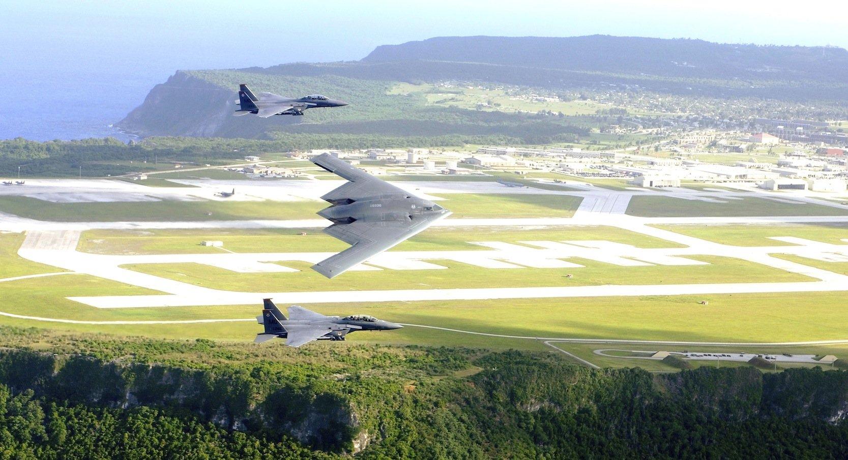 Aufnahme von B-2-Bomber und F-15-Kampfflugzeugen vor dem amerikanischen Luftwaffenstützpunkt Andersen Air Force Base auf der Pazifikinsels Guam.