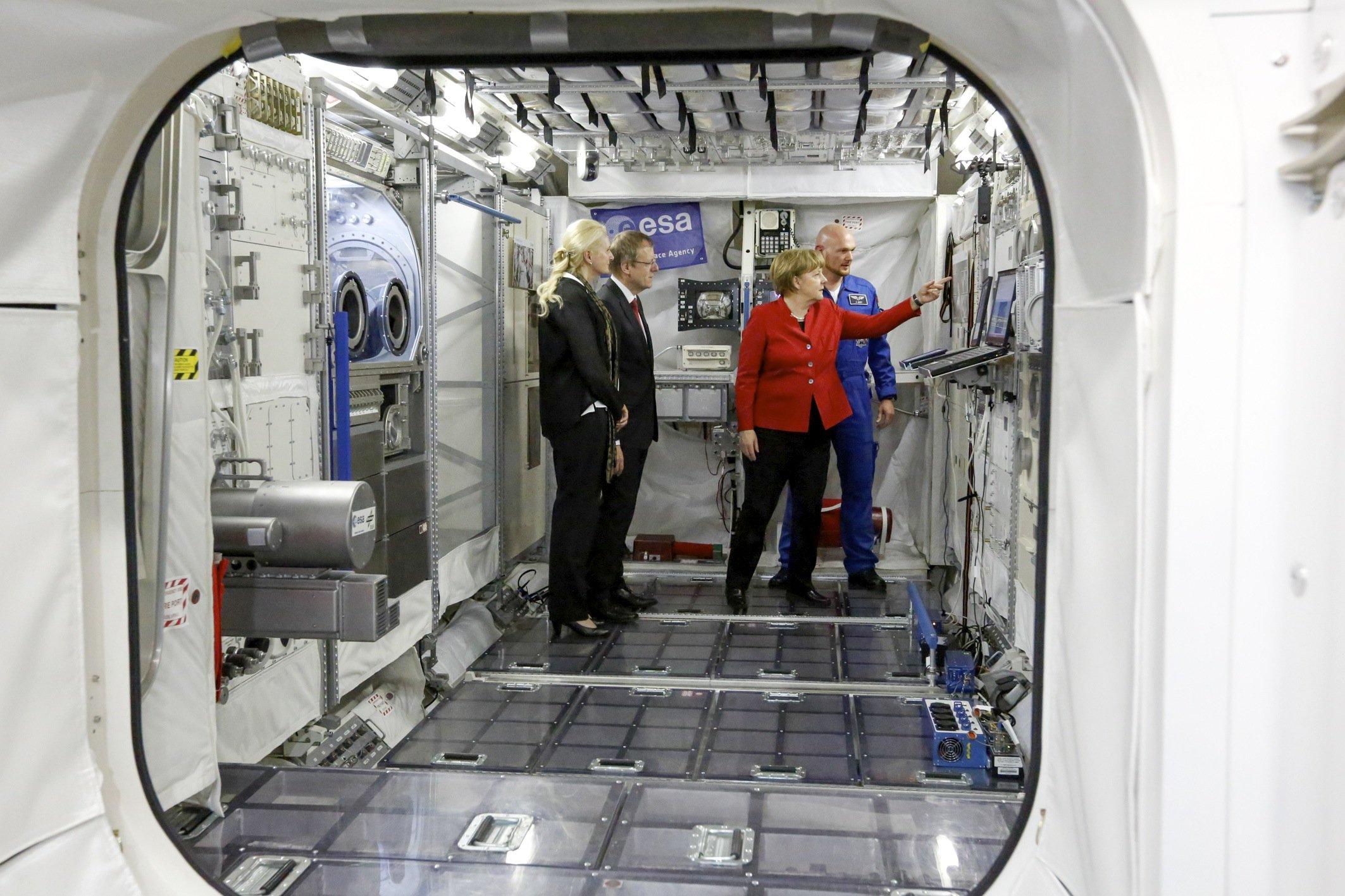 Bundeskanzlerin Angela Merkel und Astronaut Alexander Gerst inspizieren einen Nachbau der ISS im Astronautenzentrum in Köln: 2018 wird der inzwischen 40-jährige Deutsche wieder auf der echten ISS im All stationiert sein – drei Monate lang als Kommandant.