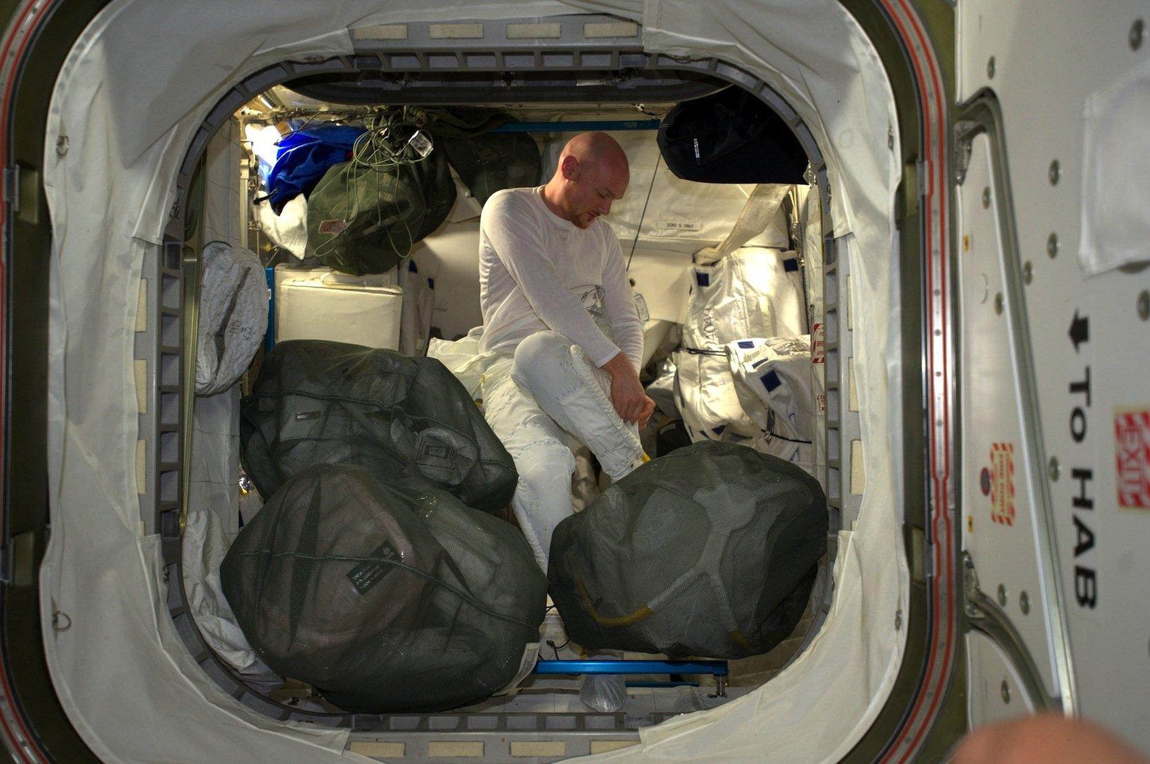 Alexander Gerst 2014 in Unterwäsche, als er sich auf seinen Spacewalk vorbereitete.