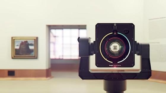 Googles neue Roboterkamera ist mit einem Laser und einem Ultraschallgerät ausgerüstet. Damit macht sie tausende Nahaufnahmen von einem Gemälde, die anschließend von einer Software zu einem einzigen Bild zusammengesetzt werden. Insgesamt dauert der ganze Prozess statt einem Tag nur noch etwa eine halbe Stunde.