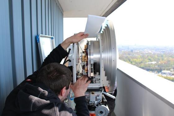 E-Band-Sender mit Parabolantenne: Die darin verbauten integrierten Schaltungen sind besonders leistungsfähig.