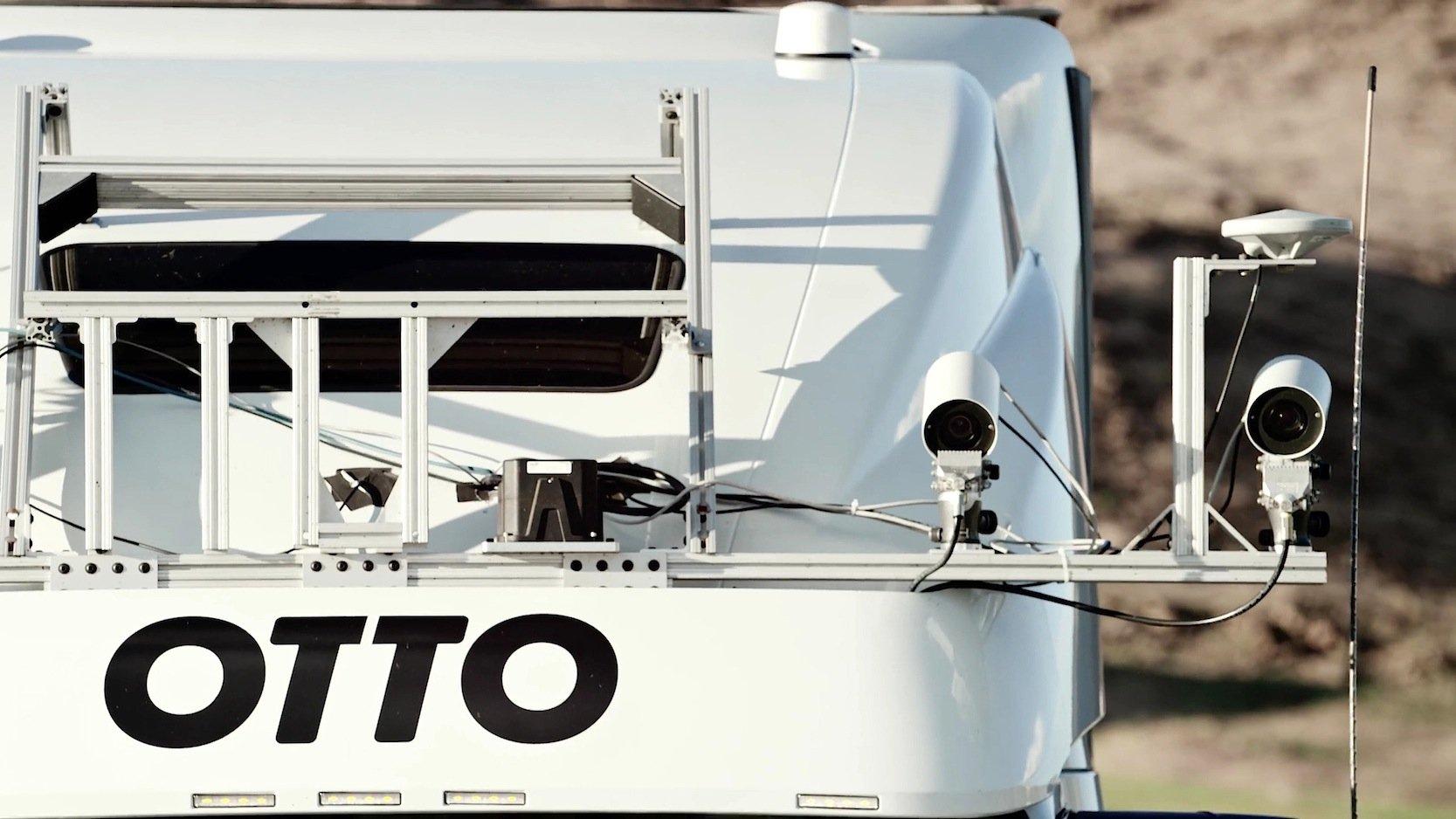Beim Prototypen hatten die Ingenieure die Kameras und Sensoren oben am Fahrerhaus angebracht.