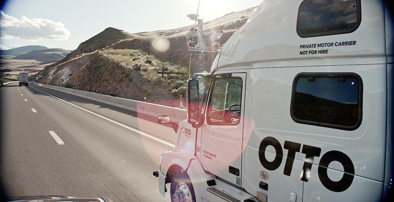 Im Video verzieht sich der Fahrer nach hinten, um ein Nickerchen zu machen. Die nachträglich installierte Technik übernimmt die Steuerung.