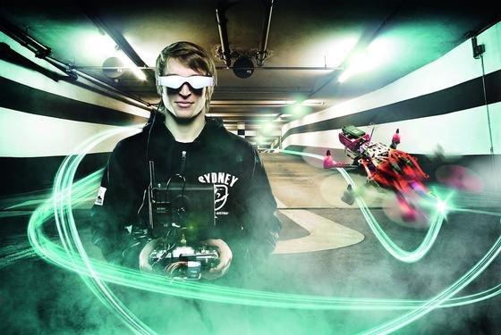 Profi-Drohnenpilot mit Videobrille: Die Drohnenwettrennen sollen ein Highlight der ILA 2016 sein.