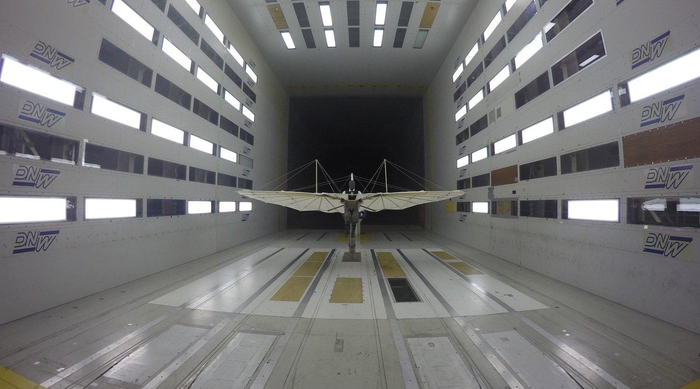 Das DLR hat den Lilienthal-Gleiter originalgetreu nachgebaut und im Windkanal getestet. Vor 125 Jahren ist Otto Lilienthal damit als erster Mensch der Welt in einem Flugzeug geflogen.