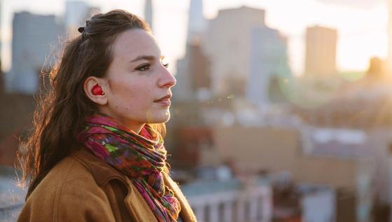 Dieser Ohrhörer arbeitet als Dolmetscher. Seine Sprachkenntnisse bekommt er von einer App geliefert.