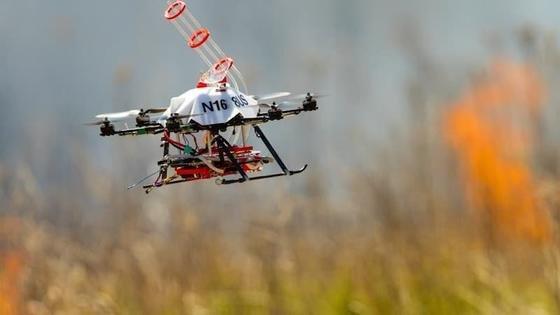Mit dieser Drohne kann gezielt Feuer gelegt werden. Dafür haben Wissenschaftler einen Aufbau für eine kommerzielle Drohne gebaut. Den inzwischen vierten Prototyp haben sie jetzt unter realen Bedingungen getestet. Erfolgreich.