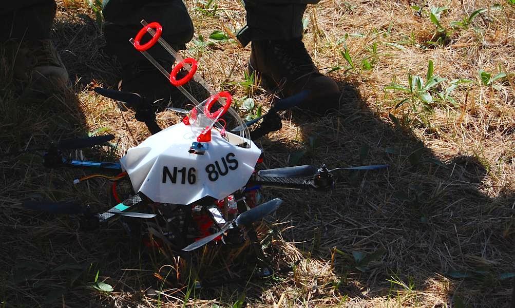 Bevor die Drohne einsatzbereit ist, müssen in den Aufbau noch die Tennisbälle eingesetzt werden. Diesesind mit Kaliumpermanganat-Pulver gefüllt. Vor dem Start wird ihnen noch einzeln Glycerin injiziert.