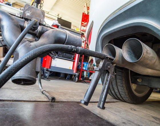 """Abgasuntersuchung eines Dieselautos: Jetzt hat das KBA festgestellt, dass viele Dieselautos nicht nur zu viel NOx ausstoßen, sondern auch die CO<custom name=""""sub"""">2</custom>-Werte weiter über den offiziellen Herstellerangaben liegen."""
