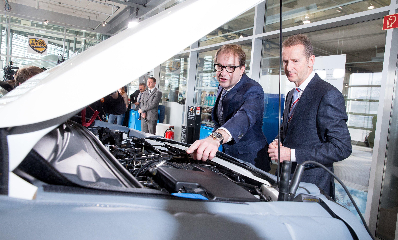 Bundesverkehrsminister Alexander Dobrindt (l.) und VW-MarkenchefHerbert Diess in einer VW-Werkstatt: Jetzt haben Messungen des Kraftfahrt-Bundesamtes im Auftrag von Dobrindt gezeigt, dass viele Autos auch deutlich zu viel CO2 ausstoßen.