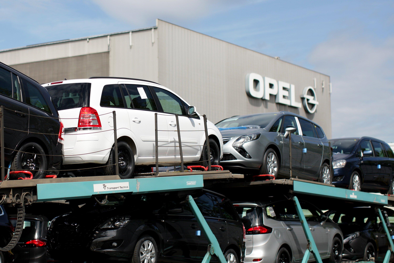 Verladung des Opel Zafira 2012 im früheren Opel-Werk Bochum: Auch der Zafira stößt nach KBA-Messungen zu viel CO2 aus.