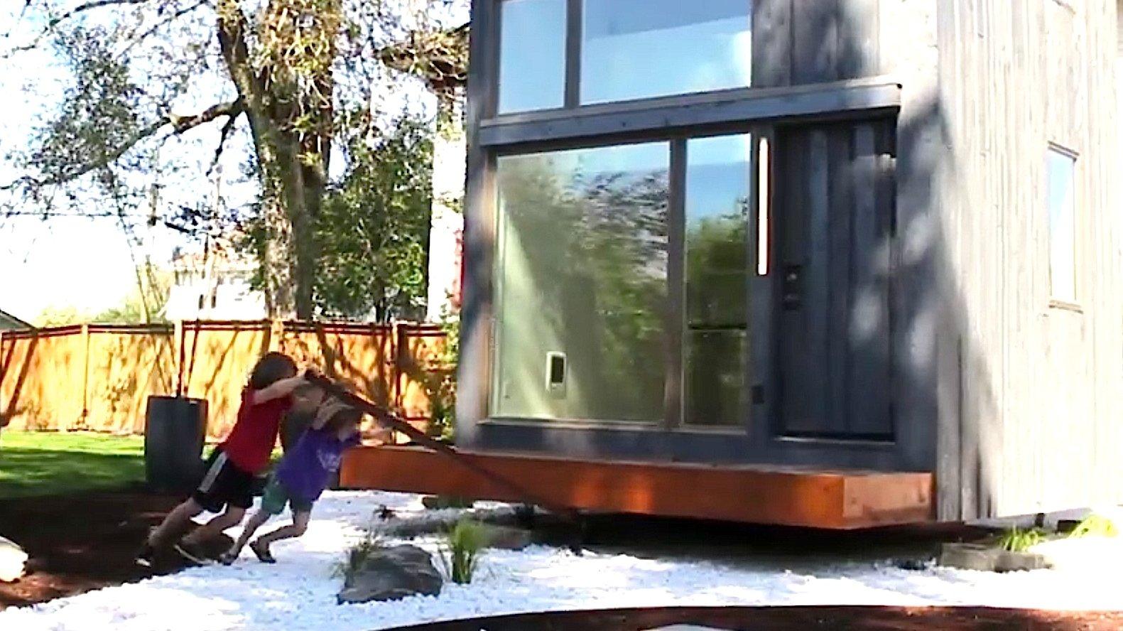 Zwei Kinder drehen das Haus 359 mit einem Hebel in die Sonne. Somit ist bei gutem Wetter Sonne satt im Wohnzimmer garantiert – egal zu welcher Tageszeit.