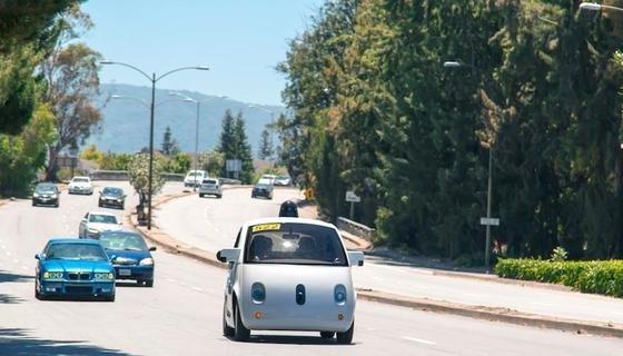 """Google hat vergangene Woche das Patent für eine""""klebende Fahrzeugfront zur Verminderung des sekundären Fußgängeraufpralls"""" zugesprochen bekommen. Das autonom fahrende Google-Auto (vorne im Bild) soll durch die Klebeschicht für Fußgänger sicherer werden."""