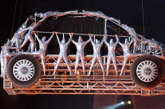 Kunstaktion zum Verkaufsstart des Fiat 500 im Jahr 2007 in Turin: Jetzt kommt die Dieselversion erneut in die Schlagzeilen. Demnach soll Fiat eine Manipulationssoftware verwenden, die die Abgasreinigung nach 22 Minuten Betriebsdauer abschaltet.