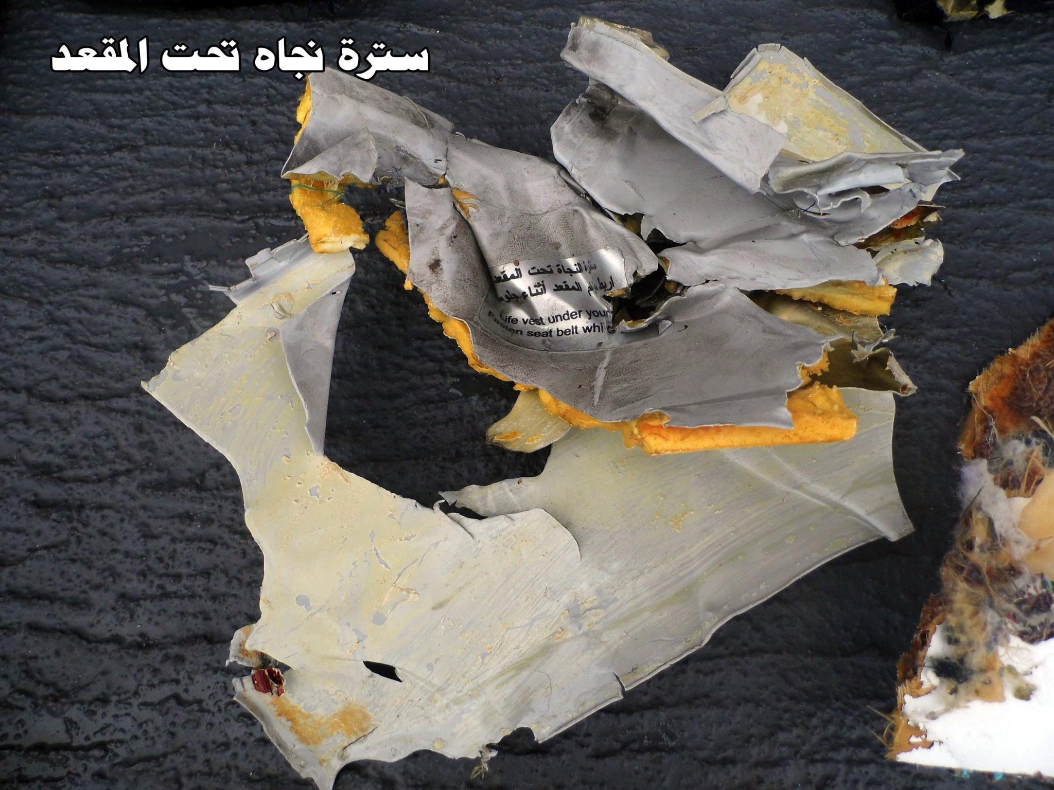 Eine Schwimmweste aus der Unglücksmaschine der Egyptair: Als Ursache für den Absturz kommen einen Terroranschlag und ein Kabelbrand infrage.