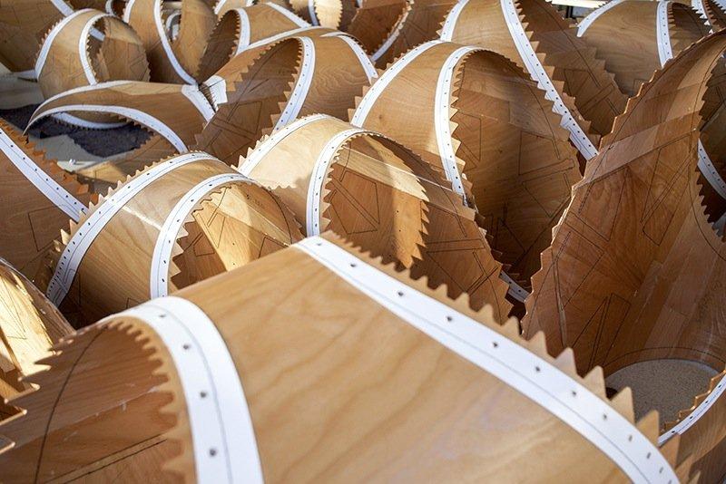 Die 151 unterschiedlichen Holzelemente sind aus Buchenfurnier gefertigt.