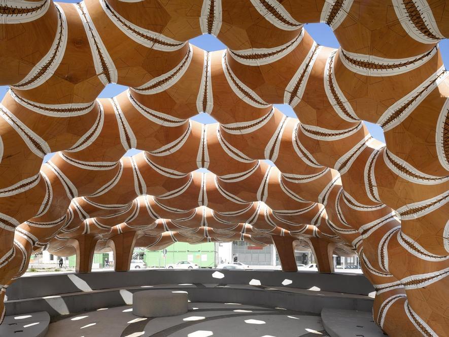 Dieser Pavillon besteht aus zusammen genähten Holzplatten