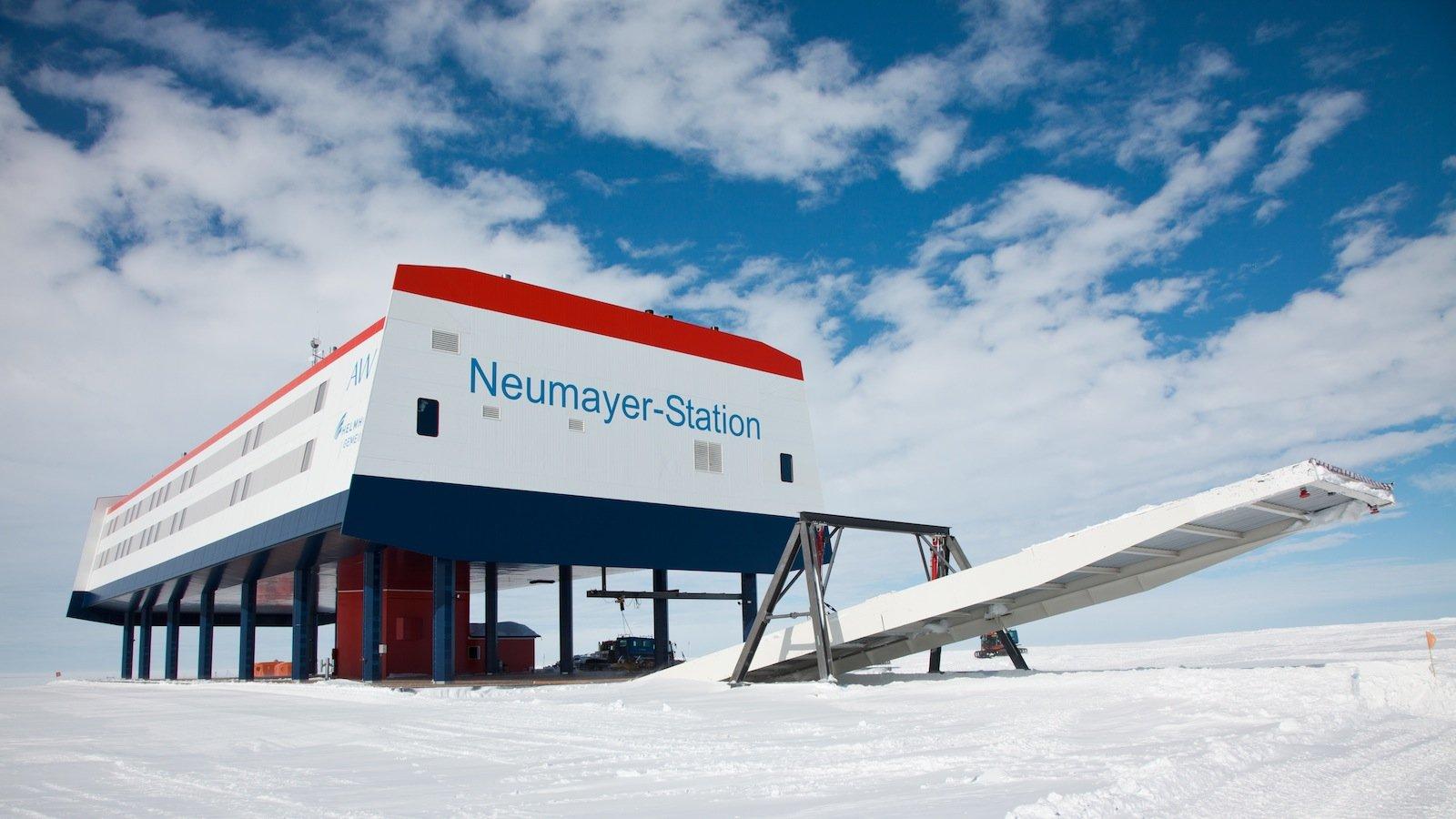 Für ein Jahr lang wird die Neumayer-Station III des Alfred-Wegener-Instituts die Heimat von DLR-Ingenieur Paul Zabel sein. Ab Dezember 2017 wird er dort für das Projekt Eden ISS ein Gewächshaus aufbauen und betreiben.