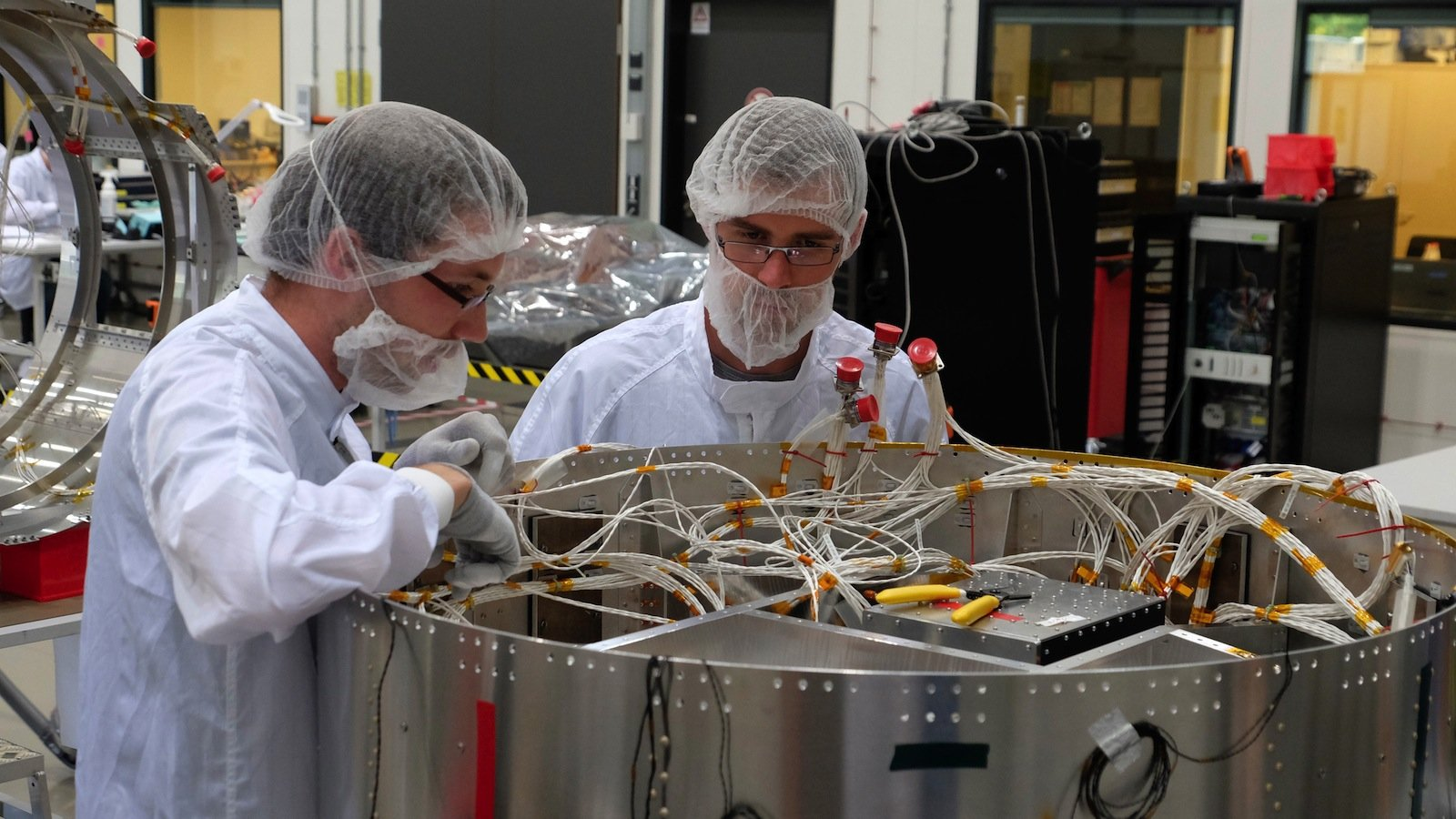 Mit verschiedenen Tests stellen die Ingenieure des DLR-Instituts für Raumfahrtsysteme die bisherigen Modelle des Satelliten Eu:CROPIS auf die Probe.