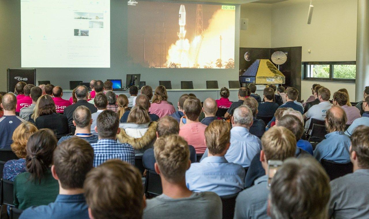 Gut gefüllter Konferenzsaal in Bremen: OHB-Kollegen verfolgen den spannenden Galileostart in Kourou.