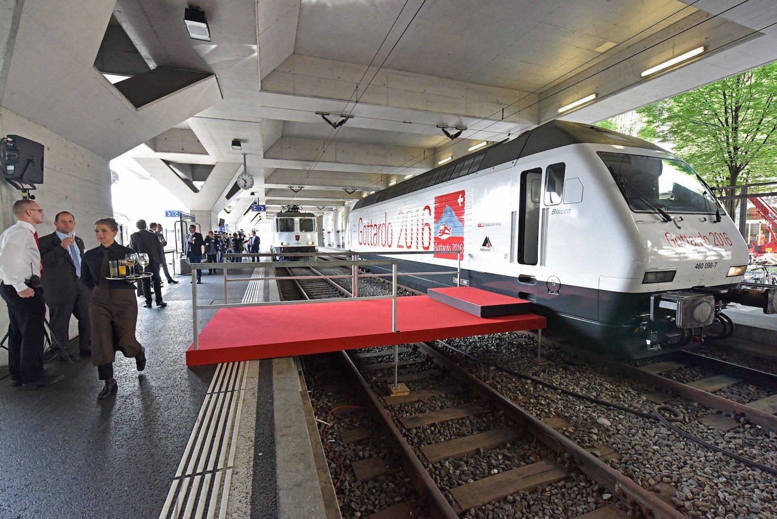 Roter Teppich und Sekt: Ein bisschen vorgefeiert wurde schon. DerGotthardshuttle steht parat.