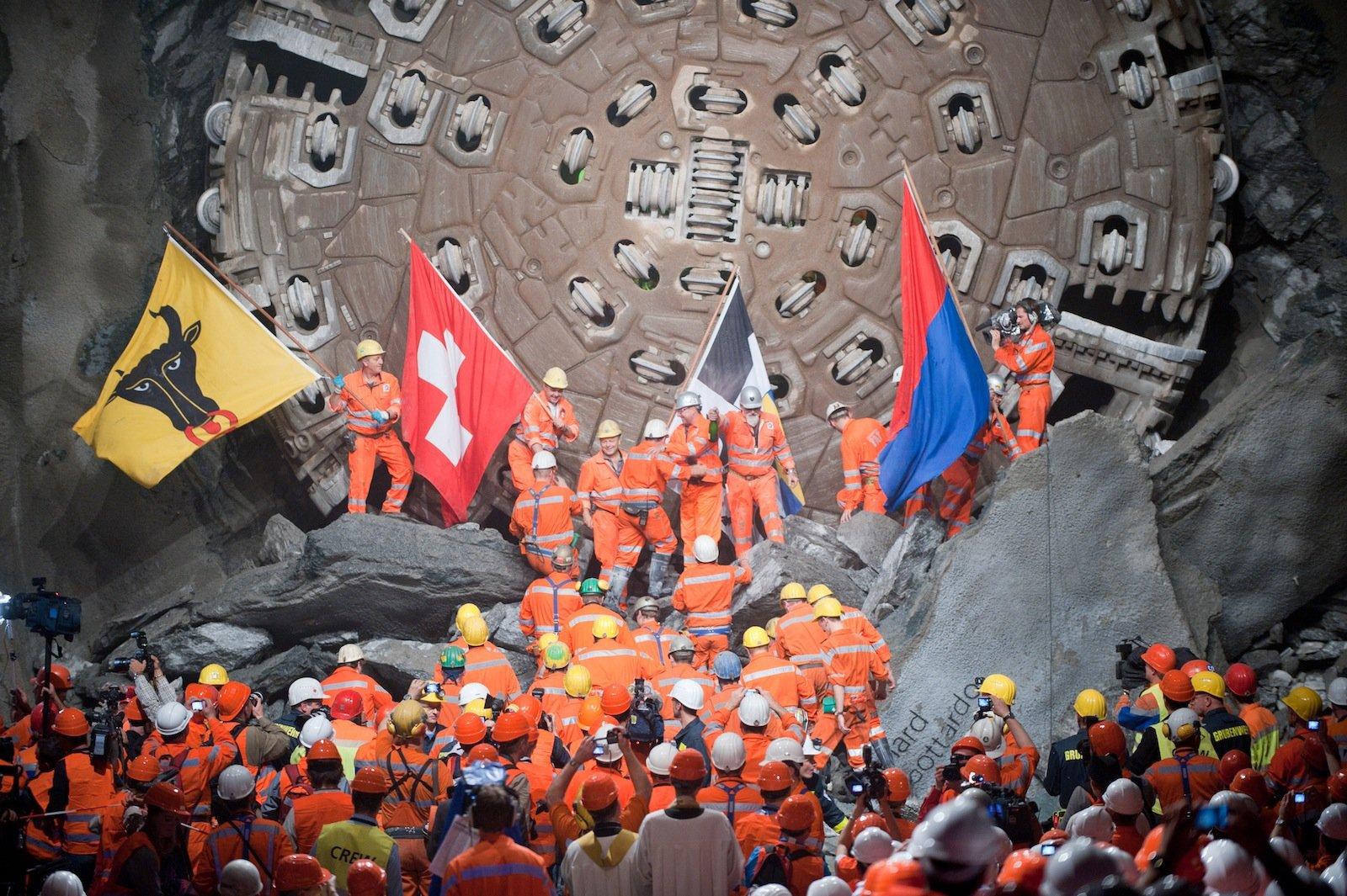 Fahnenschwenkend feierten die Bauarbeiter 2010 den Hauptdurchschlag in Sedrun.