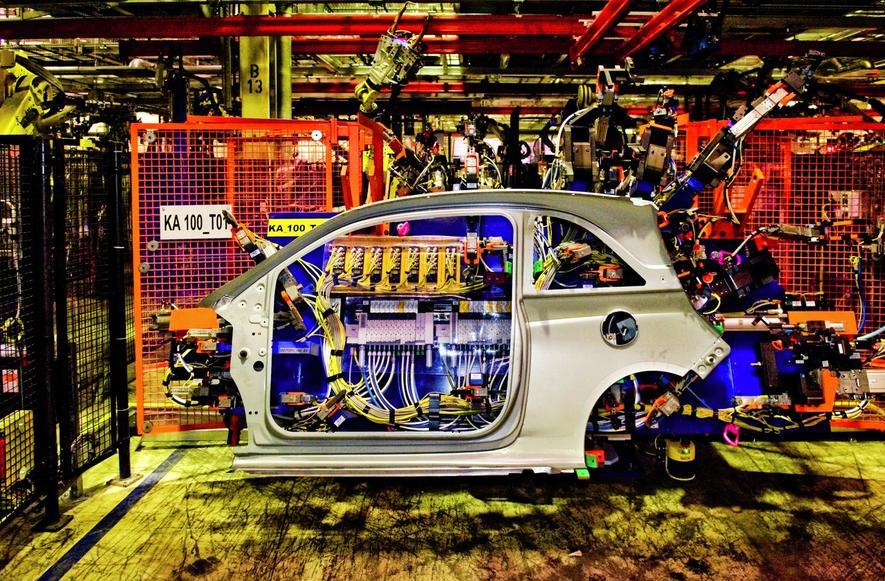 Produktion des Opel Adam durch Roboter im Werk Eisenach:Autohersteller gehören beim Einsatz vernetzter Industrieroboter zu den Pionieren.