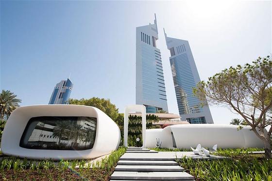 Das erste mit dem 3D-Drucker gebaute Büro (vorne links) in Dubai verfügt über250 m2 Nutzfläche. Auch die Inneneinrichtung stammt aus dem 3D-Drucker.