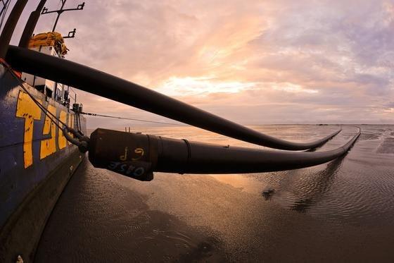 Kabelverlegung in der Nordsee für den Offshore-WindparkDolWin 2: Facebook und Microsoft wollen ihr riesiges Datenvolumen zwischen Europa und den USA über eigene Tiefseekabel abwickeln.