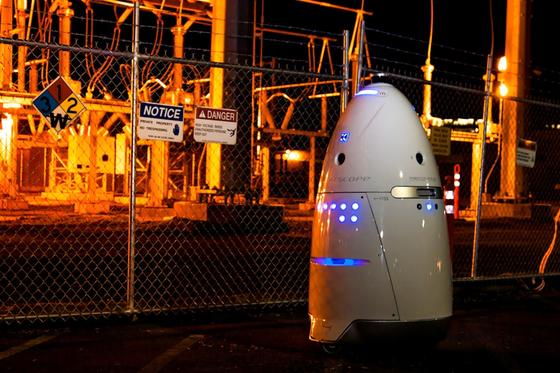 Der RoboterKnightscope K5 ist mit HD-Kameras, mehreren Mikrofonen, GPS und Sensoren ausgestattet. Er kann seine Umgebungim 360-Grad-Modus überwachen und auch feststellen, wenn ein Zaun oder ein Tor aufgebrochen oder beschädigt wurde.