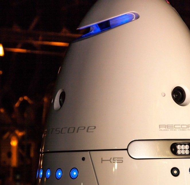 Mit HD-Kameras, Mikrofonen und Sensoren überwacht der Roboter die gesamte Umgebung im 360-Grad-Modus.