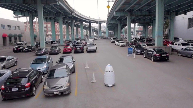 Der Roboter KnightscopeK5 bei der Kontrolle eines Parkplatzes vor einem Supermarkt: Er kann pro Stunde 300 Kennzeichen einscannen und speichern.