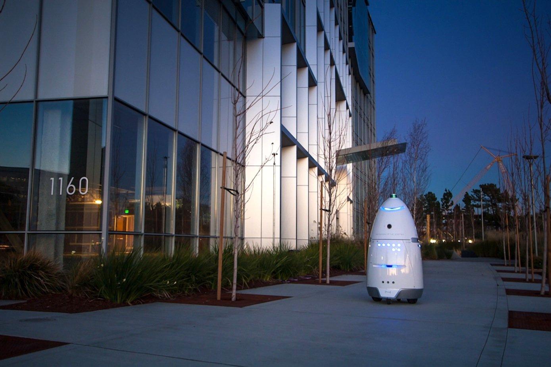 Der autonome Roboter K5 soll Menschen ein Gefühl von Sicherheit vermitteln, weil er seine Umgebung rund um die Uhr überwachen kann. Auf seinen Patrouillengängen überträgt er seine Bilder an eine Leitstelle, die sofort bei Gefahr reagieren kann.