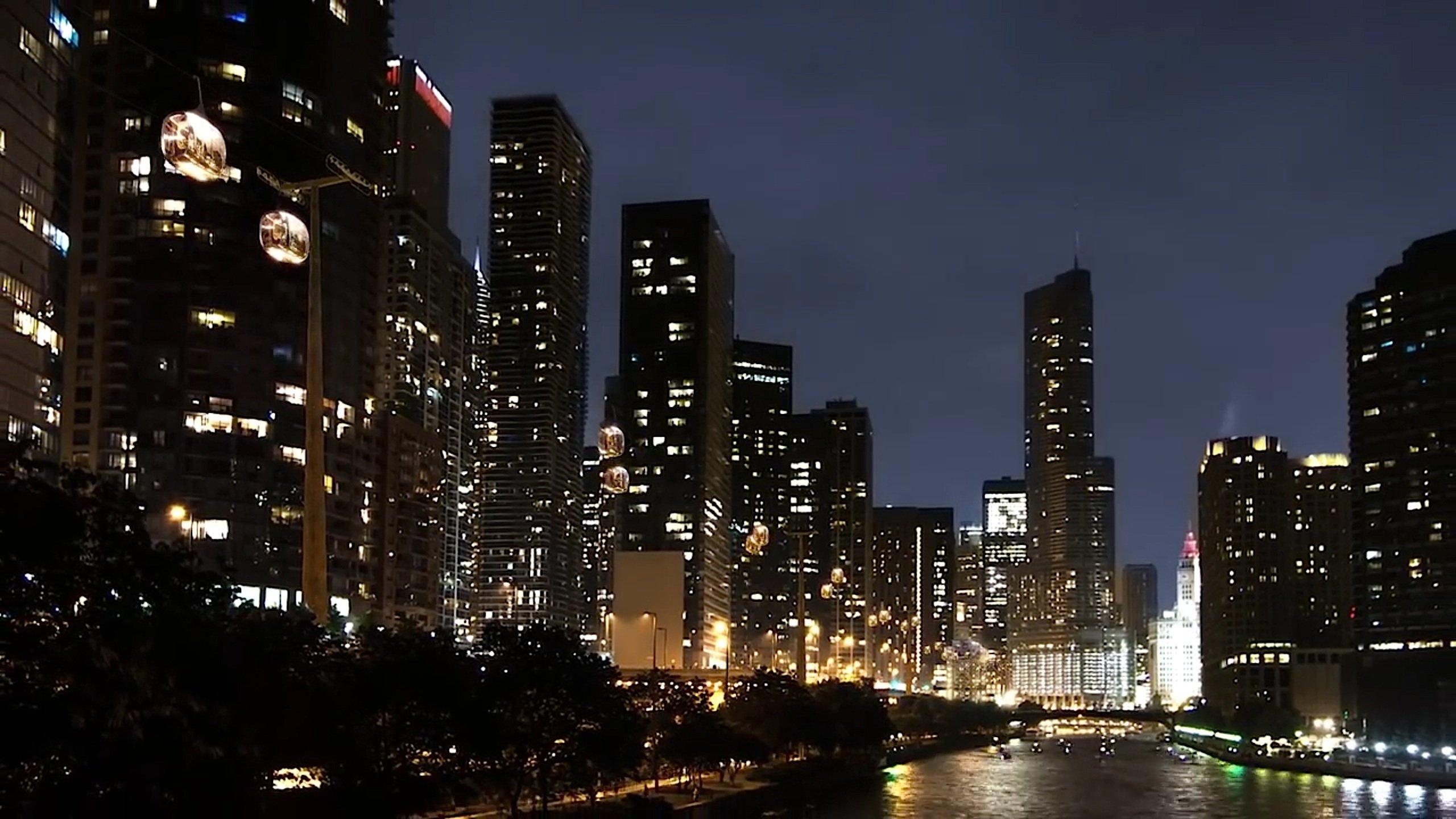 Tolle Idee: Die Seilbahn fährt auch bei Nacht die Highlights von Chicago an.