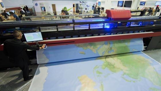 Eine 7,5 m breite und 5 m lange Weltkarte auf der weltgrößten Druckfachmesse drupa in Düsseldorf auf Vinyl gedruckt: Längst kann nicht mehr nur auf Papier und in Standardformaten gedruckt werden.