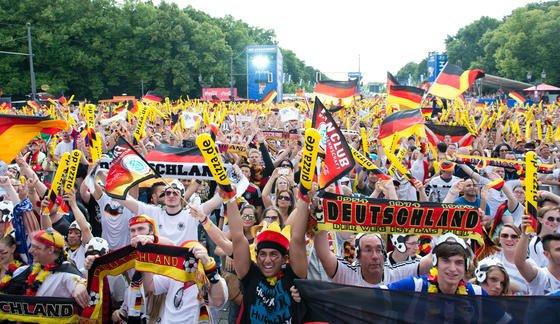 Public Viewing in Berlin bei der WM 2014: Statistiker der Universität Innsbruck haben errechnet, dass Frankreich und Deutschland die größten Chancen auf den EM-Titel 2016 haben.