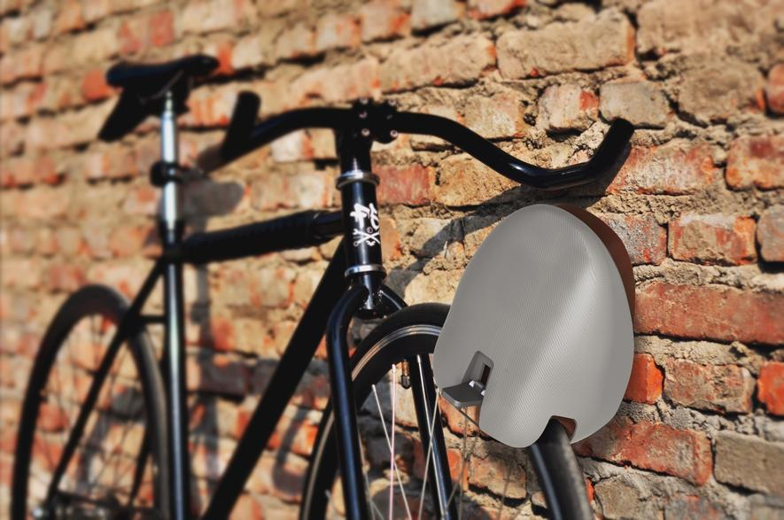 Bei einer Tourpause wird der Fahrradhelm Loki ganz einfach zum Fahrradschloss umfunktioniert und blockiert das Vorderrad.